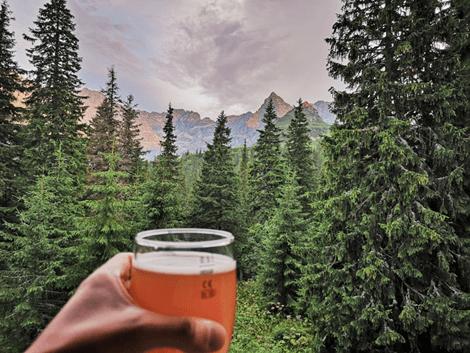 Bier frisch aus der Bierzapfanlage wird im Wald genossen